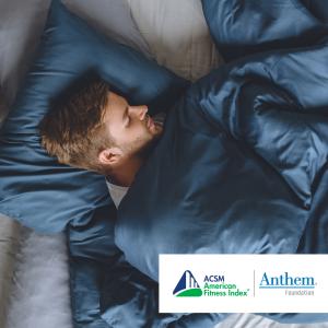 مردی با پتو و بالش آبی خوابیده است